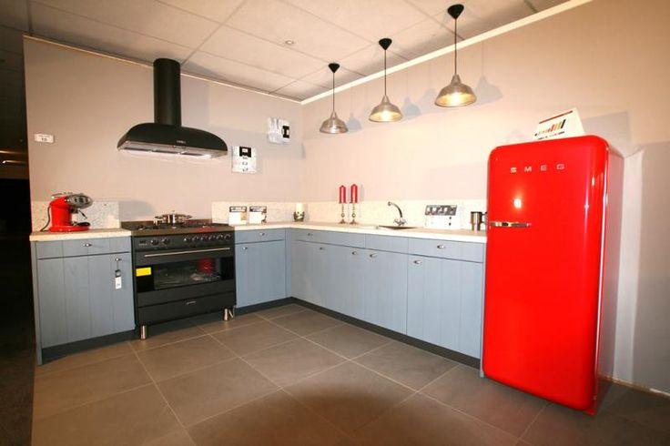 Keuken met een prachtige rode koelkast
