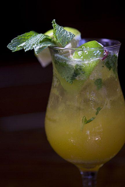 Ingredientes para un mojito de Parcha: 4 hojas de menta fresca; 2 limones verdes; 1/4 cda. de azúcar morena; 1 1/2 onz. de ron blanco; 2 onz. de base o jugo de parcha; 'splash' de 7 Up o Sprite y seguir el procedimiento de la receta tradicional. (Foto por Wanda Liz Vega / GFR Media)