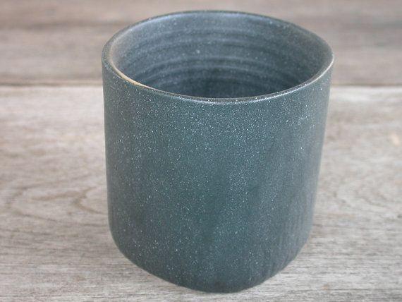 Cerámica japonesa, taza de té de cerámica hecha a mano o yunomi de Japón, buen tamaño para Matcha Chawan. formando rueda-lanzado. Hecho de arcilla de gres. Copa ligera. Hecho en Japón.  Taza de cerámica es hermoso con el negro mate esmaltado interior y exterior en el estilo japonés tradicional, que muestra la textura superficial y natural. La firma de esta copa en la parte inferior.  Perfecto para cualquiera que quiera disfrutar de arte japonés de cerámica y alfarería. Belleza de Asia y…