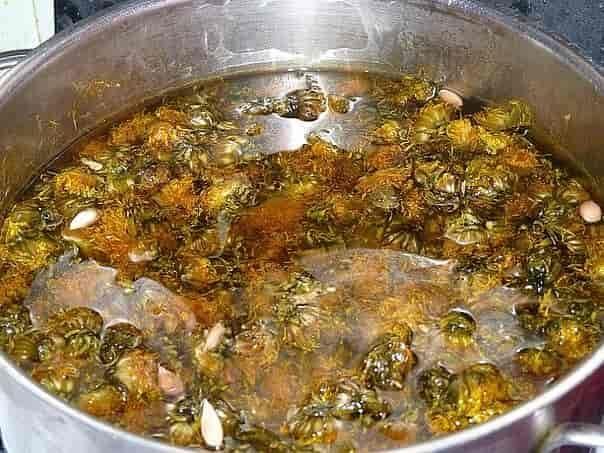 Одуванчиковое масло обладает удивительными лечебными свойствами. Его можно приготовить весной, собрав в сухую солнечную погоду цветы вместе с цветочными стеблями. Все собранное богатство растереть до появления сока и...