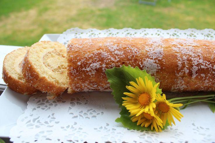 Att baka rulltårta är perfekt om man vill ha något snabbt till fikat. Här har jag fyllt den med citronsmörkräm. Både fräscht och got...