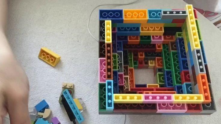E hoje começa o especial de Férias. Esse verão o tema escolhido foi 30 dias sem parar com LEGO  Todos que me acompanham aqui sabem que não é fácil fazer esses 30 dias(é sempre uma loucura) mas depois que eu consigo eu fico super feliz. Então nada como juntar uma paixão que temos aqui em casa. LEGO  A família toda adora!!!  Hoje começamos com um abajur feito com pecinhas. Você vai precisar de uma luz ou até uma estrutura e a parte colorida fica por nossa conta. Confira os posts la no site…