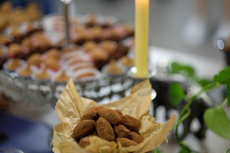 """""""Горький"""" трюфель: Ганаш из горького шоколада с мускатным орехом, гвоздикой и """"чёрным"""" ликёром из портвейна. """"Bitter"""" truffle: a Ganache of dark chocolate with nutmeg, cloves and black liquor. #трюфель #truffle #шоколадручнойработы #luxurycholocate #конфетыназаказ #шоколад #шефвиталий #высокаякузина"""