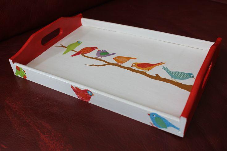 Plateau en bois peint en blanc et rouge à la peinture acrylique. La branche est peinte main et les oiseaux sont issus de serviettes. J'ai passer une couche de vernis colle sur le plateau pour assurer une résistance à l'eau.