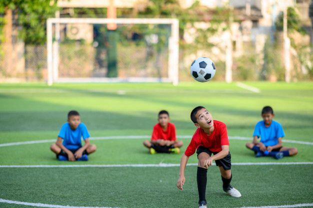 Meninos Jogando Futebol No Campo De Treino De Futebol Meninas Jogando Futebol Treino De Futebol Campo De Treino