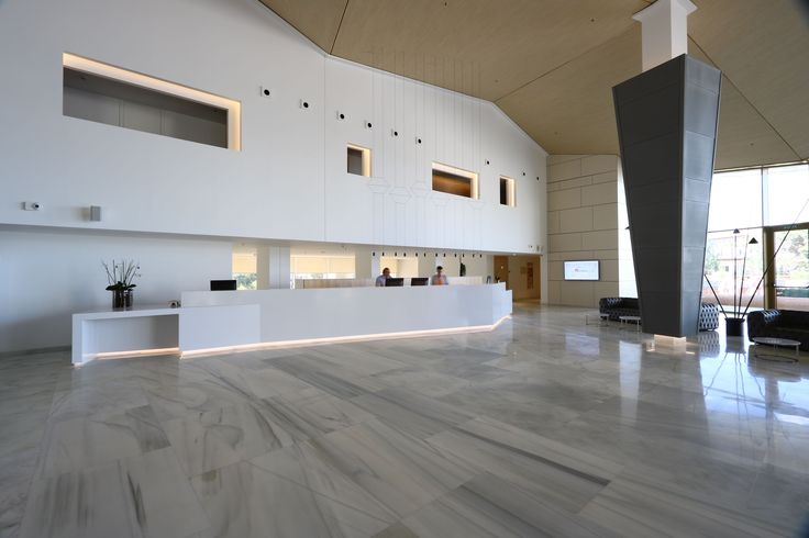 Silestone Blanco Zeus pure white adds the contrast in the Hipotels Gran Playa de Palma´ s reception. Impressive lobby, isn´t it?