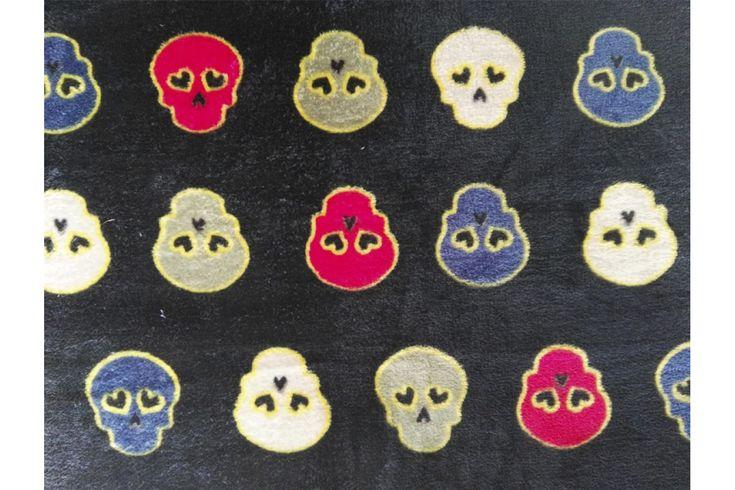 Tela polar en coralina ultra suave, con estampado de calaveras de colores en un fondo negro. Seca rápidamente. Ideal para mantas, arrullos de bebé, prendas de abrigo...#coralina #polar #tela #estampado #calaveras #negro #invierno #niños #bebé #pijamas #mantas #batas #confección #tejido #tejidos #textil #telasseñora #telasniños #comprar #online #comprartelas #compraronline