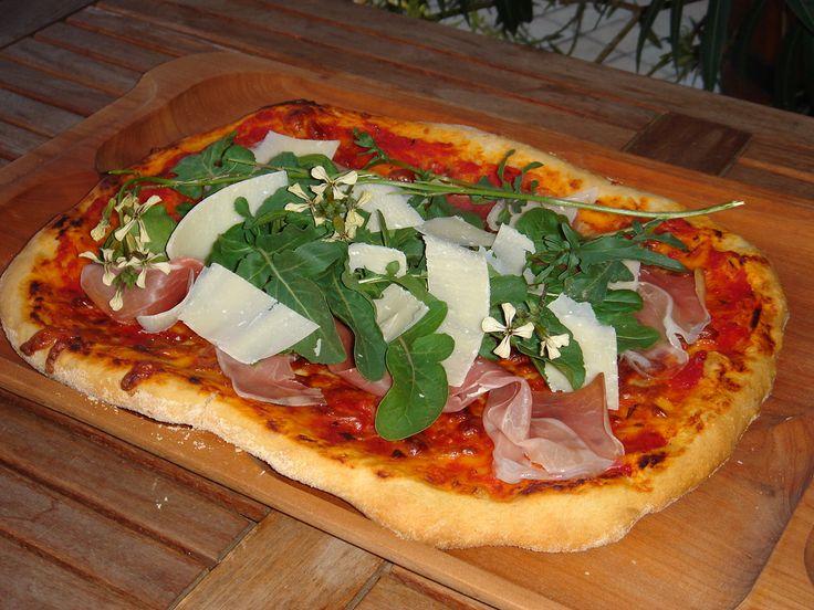 Körülbelül 20 éve sütök házilag pizzát. Az elmúlt években ezt a pizza tészta alapreceptet alkalmazom, most úgy tűnik, ez a véglege...