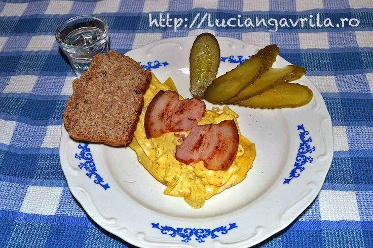 #Scrambled #eggs with #cheese and #bacon  Omletă cu caș și fleică afumată