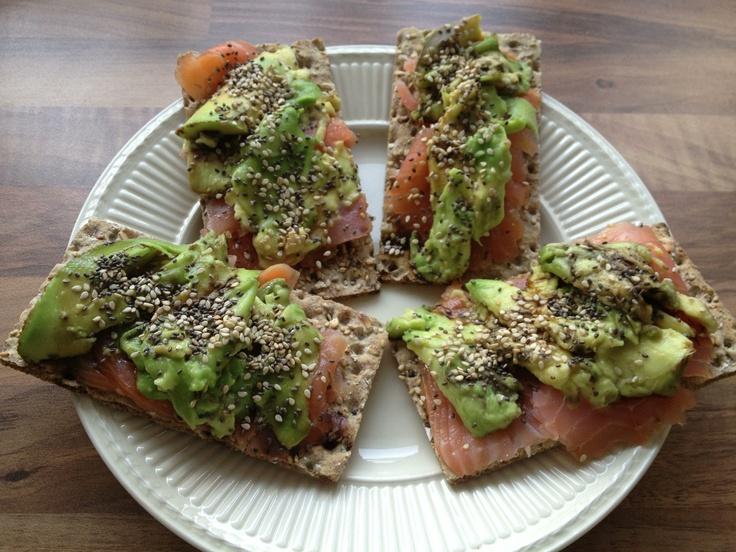 Bordje gezonde vetten; zalm, avocado, chiazaad, sesamzaad en balsamico azijn