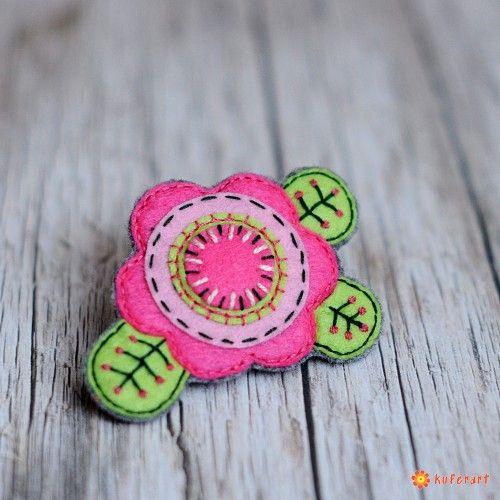 Różowa, kwiatowa broszka