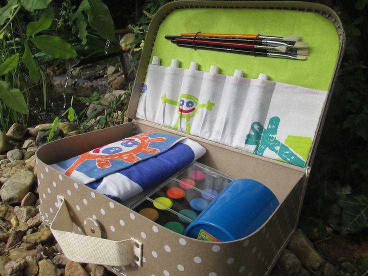 Kufřík+pro+malé+malíře+II.+rezervace+pro+barvik+Kufřík+obsahuje+malířské+plátno,temperové+a+vodové+barvy,+paletu,+štětce,+bavlněný+ubrus,+hadřík,+kelímek+na+vodu,+kreslicí+čtvrtky+a+malířskou+halenu.+Je+určen+pro+děti+od+tří+do+šesti+let+-+malířská+halena+pro+nejmenší.+Vhodné+jako+dárek+k+narozeninám,+na+Vánoce+pod+stromeček,+za+vysvědčení+nebo+jen+tak+pro...