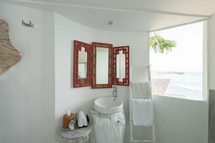décoration grecque, miroir avec cadre à motifs volets rouges, lavabo blanc, table en marbre