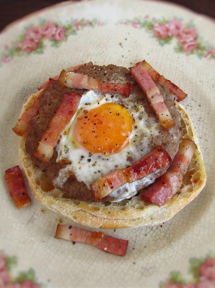 Hambúrgueres com ovo e bacon | Food From Portugal. Não tem ideias do que fazer para o almoço ou para o jantar? Experimente preparar esta receita diferente de hambúrgueres com ovo e bacon! É uma receita simples, rápida e deliciosa.