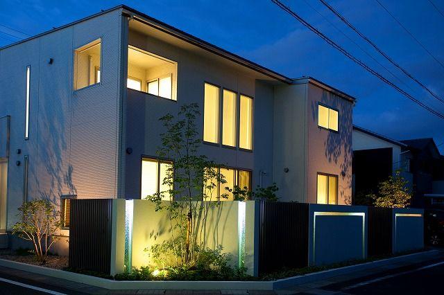 光の色を活かしたモダンエクステリア。 #lightingmeister #pinterest #gardenlighting #outdoorlighting #exterior #garden #light #house #home #modern #stylish #entrance #lightup #モダン #エクステリア #スタイリッシュ #外構 #玄関 #ライトアップ #家 Instagram https://instagram.com/lightingmeister/ Facebook https://www.facebook.com/LightingMeister