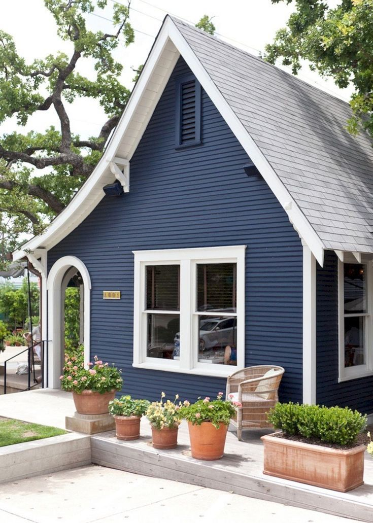 Casa pintada azul marino