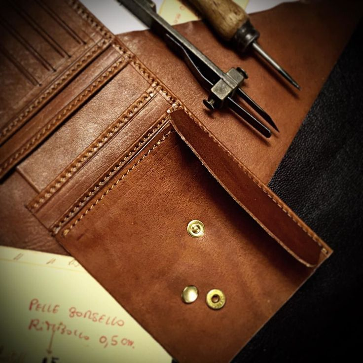 Making a veg tanned leather wallet full grainalso internally full grain leather lined. Coins holder with brass snap handmade in Tuscany by Nicola Meyer leather designer #fattoamano #leatherwallet #leatherwallets #leathercoinpurse #leathercreditcardholder