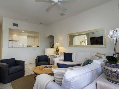 Bella Mar Apartment Santa Barbara (California) Situated 600 metres from Antioch College in Santa Barbara, this apartment features free WiFi and a balcony. The apartment is 1.3 km from Santa Barbara City College.  There is a seating area and a kitchen complete with a dishwasher and an oven.