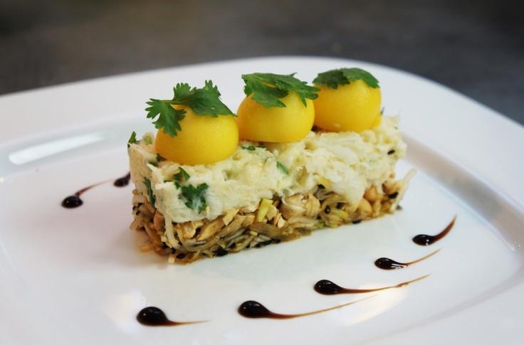 Salé - Crabe fondant citronné, coriandre, mangue et cajou. Ingrédients : 500g de crabe en morceaux égoutté-1 jaune d'oeuf-1 càc de moutarde-1 verre d'huile de tournesol-1 bouquet de coriandre-graines de sésame noir/doré-sauce soja-1 citron-1 blanc de poireau-Noix de cajou-1 mangue bien mûre. Recette sur le site.