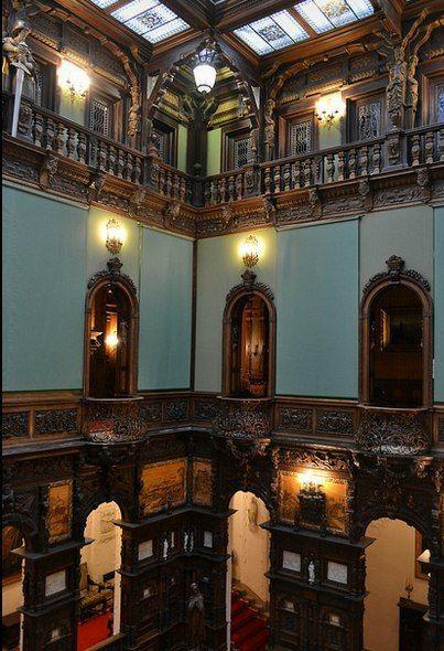 Интерьеры замка Пелеш, который расположен на средневековом пути, соединяющем Трансильванию и Валахию, в живописном месте Карпат, неподалеку от города Синая в Румынии. Замок был построен в стиле неоренессанса между 1873 и 1914 годами
