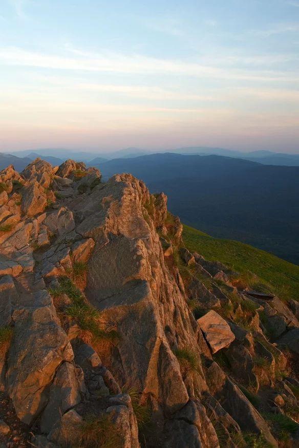 Zdjęcie: Caryńska. Zachód słońca na początku lipca. Pusto i cicho. Nikogo w promieniu kilku kilometrów nie widać.