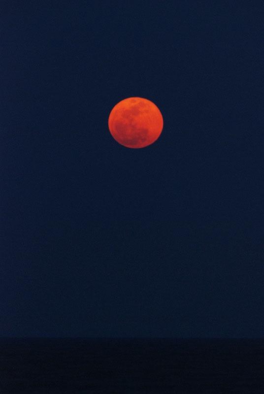 紅く色づいたお月様。   最接近時の距離は35万6955km、それより1kmほど遠くなってしまっていますが、それでもいつもよりも多少は大きく、明るいお月様です。