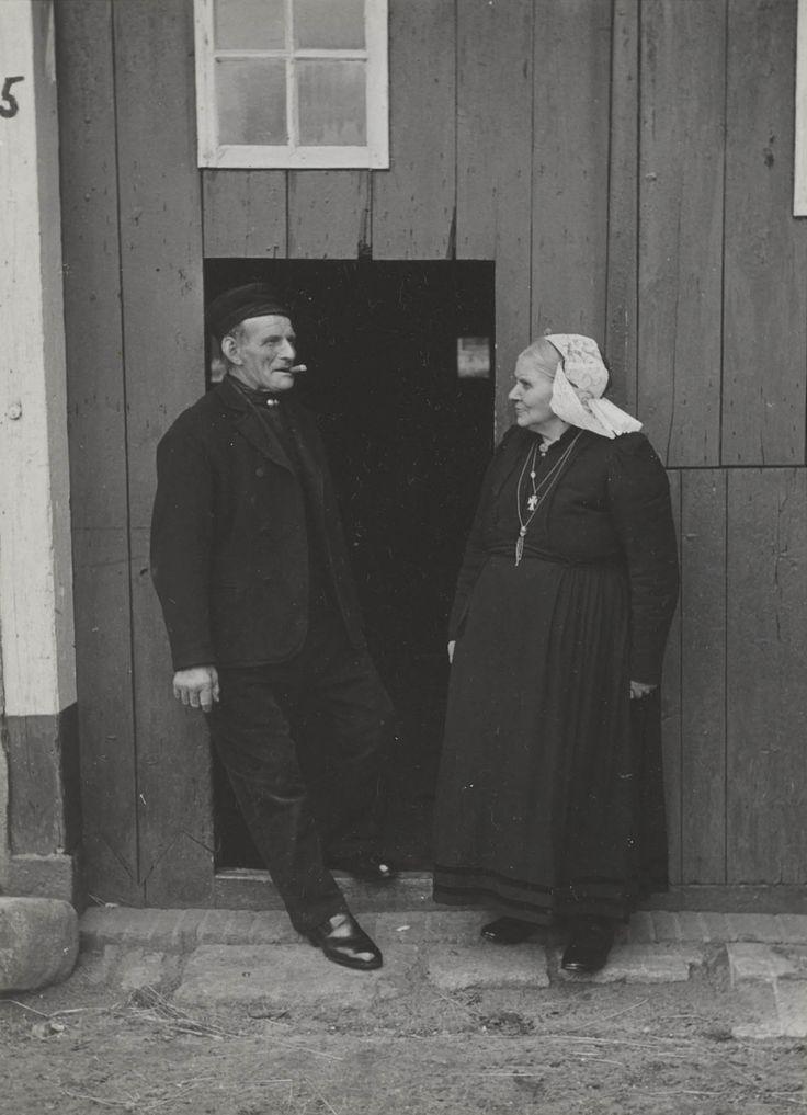 Echtpaar Vos in streekdracht uit Blaricum, gefotografeerd in juli 1952. De vrouw draagt de Gooise staartkap. #Blaricum #Gooi #NoordHolland #WestFries