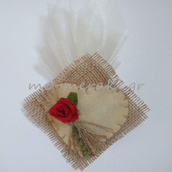 Handmade mpomponiera Me Meraki Mpomponieres Χειροποίητη μπομπονιέρα γάμου, λινάτσα με felt καρδούλα και διακοσμητικό λουλουδάκι αφής. Με Μεράκι Μπομπονιέρες http://me-meraki.gr/
