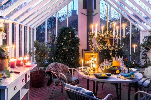 Wanna have a own Greenhouse?? Here you get the inspiration and tips how to make a greenhouse personal and cozy!   Click on link to read all about it on the decor  blog!  #home #room #house #vogue #elle #interior #homedecor #room #homeandgarden #howto #beautiful #goteborg #inredningstips #inredningsblogg #ikea #hytteliv #bolig #howto #hemnet #gothenburg #interiordesign #interiorinspiration #interiors #hytteliv #göteborg #greenhouse #växthus #trädgård  #gardeninspiration #blommor #hus