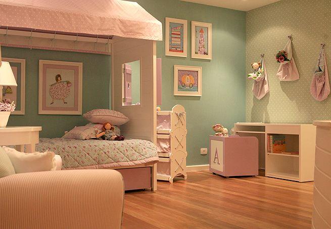 O quarto, decorado pela designer Vanessa Guimarães, mistura estampas de bolinha com floral. Os tons de lilás e verde deixam o ambiente delicado