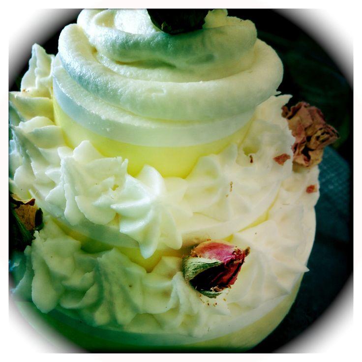 Savon façon gâteau. Parfum tarte au citron et confiture de lait http://tmilasavonnerie.over-blog.com/