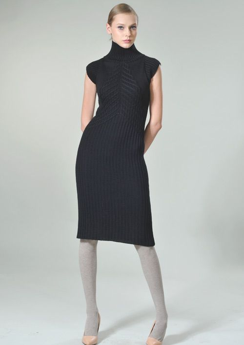 Создайте неповторимый образ с этой великолепной моделью из мягкой и теплой шерстяной пряжи. Платье выполнено в  комбинации рельефных рисунков  вязки:«резинка», «платочной глади» и переплетений. Благодаря основному  узору «резинка» платье идеально облегает фигуру  и не меняет своей формы даже после длительного ношения.  Длина платья – до колена. Ярким акцентом изделия является эффектный высокий воротник-стойка. Это элегантное платье можно надевать, как  на работу, так и в  театр или в гости.