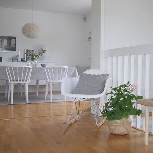 Hoppas ni haft en bra dag  Kram på er! Tack för era kommentarer på min förra bild på Mollys nya skåp! ______________________________ #elloshome #whitehome #vitahem #home_design #homestyling #gungstol #hemmahosmig #matrum #matsal #vardagsrum #pelagoner #roominteriorbylisa #grått #finahem #interior4all #skonahem - Architecture and Home Decor - Bedroom - Bathroom - Kitchen And Living Room Interior Design Decorating Ideas - #architecture #design #interiordesign #homedesign #architect…