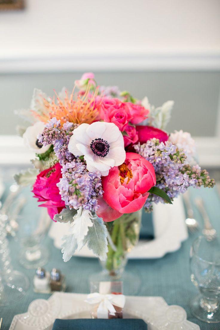 Blumen: Pfingstrosen, Anemonen, Rosen, Protea(?)