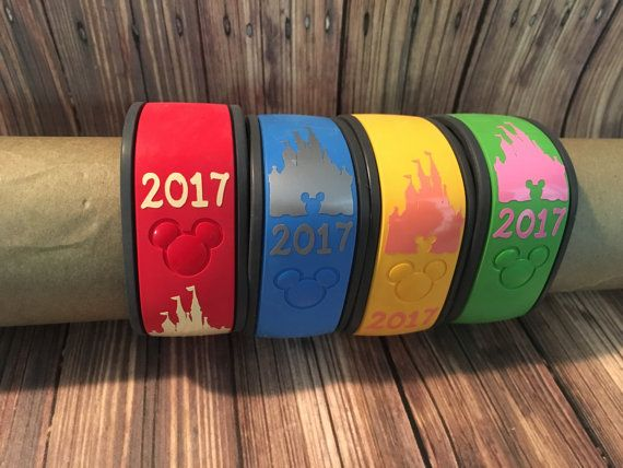 Personnalisez vos bandes de magie pour vous prochain voyage de Disney! Ces Stickers château avec année sont un moyen idéal pour ajouter une touche spéciale à votre bande de magie.  Instructions d'application seront envoyées dans votre forfait. S'il vous plaît n'oubliez pas que les autocollants sont amovibles mais pas réutilisable. L'autocollant n'est pas adapté pour le lave-vaisselle.  Les couleurs présentés dans la photo de la liste sont crème, argent, corail et rose doux  >  Temps de…
