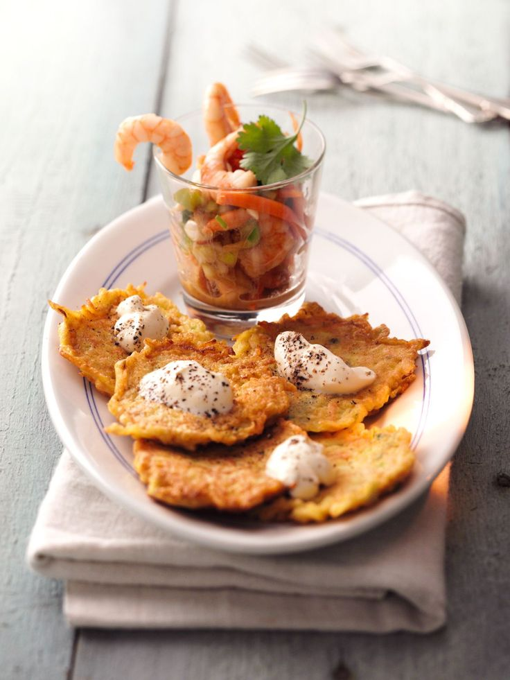 Kürbis-Kartoffel-Rösti mit Crème fraiche-Sauce | http://eatsmarter.de/rezepte/kuerbis-kartoffel-roesti-mit-creme-fraiche-sauce