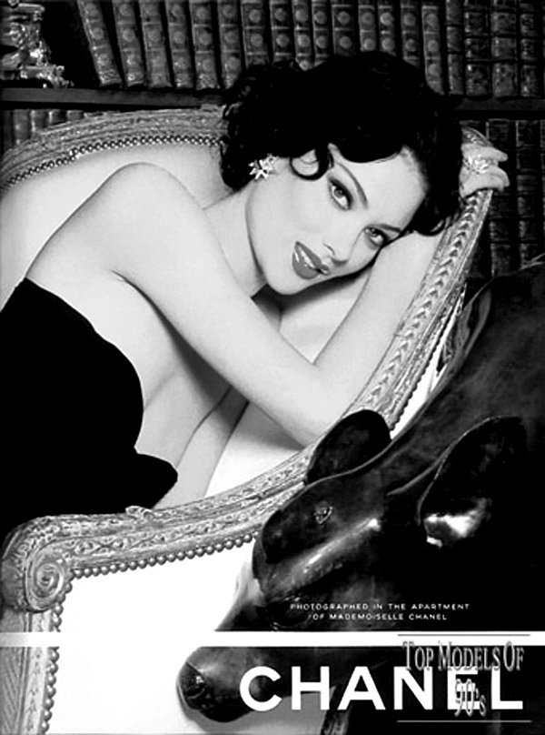 Shalom Harlow looks like a young Elizabeth Taylor.