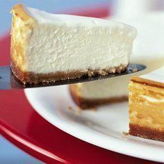 Pay de 3 Quesos:  1 barra de queso crema 250 gramos de requesón 250 gramos de queso menonita o chihuahua 1 lata de leche condensada 3 limones 1 huevo 180 gramos de mantequilla sin sal 4 paquetes de galleta María 1/4 de cucharada de royal