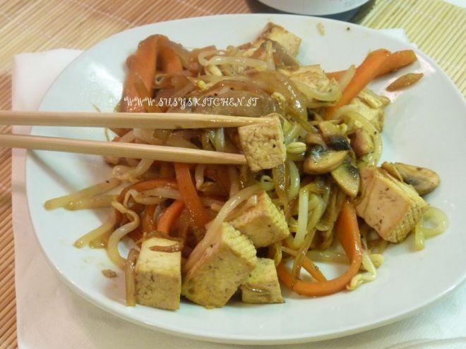 Tofu saltato con germogli di soia e verdure croccanti.