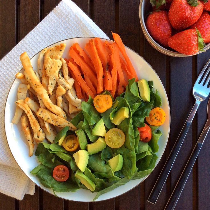 La organización de los cuartos    Un ejemplo de comida equilibrada y saludable: tiras de pollo especiado a la plancha; chips de boniato al horno; ensalada de espinacas con tomates cherrys y aguacate (aliñada con limón); y fresas de postre.   Una forma sencilla de organizar el  plato de comida es dividirlo en cuatro partes: 1/4 dedicarlo a proteína (pollo, pavo, pescado, tortilla de claras de huevo…); otro cuarto a un carbohidrato complejo (boniato, arroz integral…); y la mitad restante…