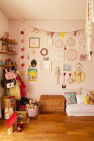 Enfeites e estampas coloridos contam a história da menina dona deste quarto de 20 m². Os retalhos dos tecidos das colchas e das almofadas compõem o lustre pendente de fitas. Luzes de festa penduradas no teto também iluminam um dos cantos