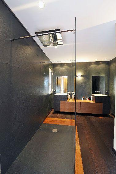 la douche à l italienne gris anthracite et sol bois c'est tendance