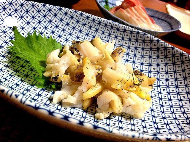 生つぶ貝売ってたんで速攻ゲッツ‼ ぁ、殻はさすがにとれてるやつです(笑) 粗塩で揉んで、アブラ処理してスライス。 コリコリコリコリコリコリ美味‼ わーいわーい(ლ ^ิ౪^ิ)ლ ぁ、昨日の夕飯です(笑) - 126件のもぐもぐ - 北海道沖 つぶ貝刺 Sashimi -sliced raw tsubugai (shellfish) by ま公
