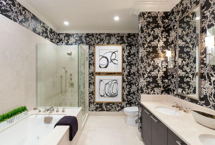 темные обои с рисунком в интерьере ванной комнаты