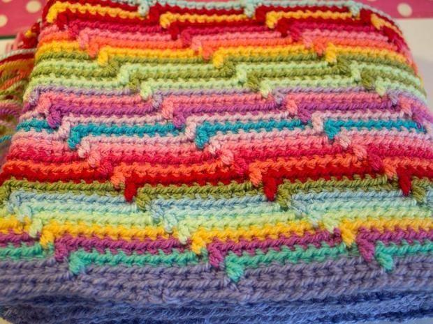 Полосатое  вязаное одеяло крючком