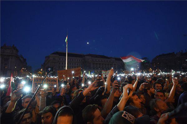 Tiltakozók a Parlament előtti Kossuth Lajos téren 2017. április 9-én. | MTI Fotó: Balogh Zoltán - PROAKTIVdirekt Életmód magazin és hírek - proaktivdirekt.com