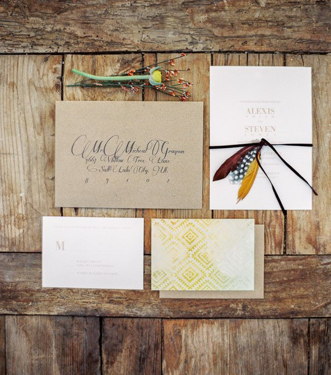 Sobre Kraft, invitaciones claras con estampados étnicos y letras en dorado. Átalos con unas plumas (GWS)