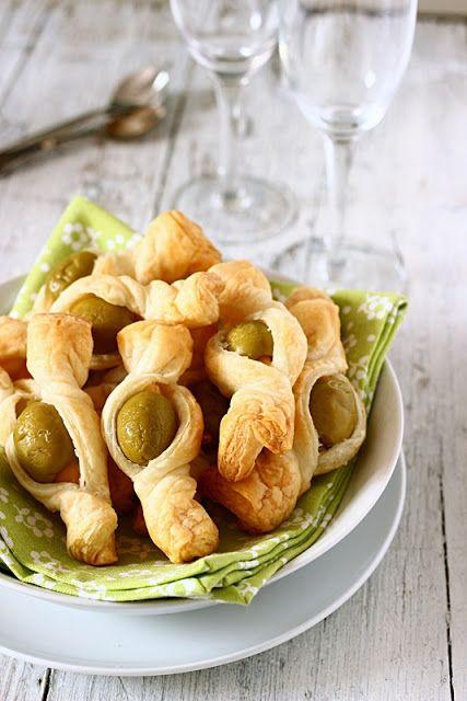 Sarò bre...         Pasta sfoglia   olive greche con mandorle     Tagliare la pasta in rettangoli di circa 5x11cm.    Sistemare l'oliv...