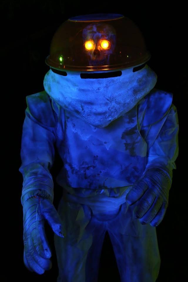 274 best alien haunt ideas images on pinterest for Alien decoration