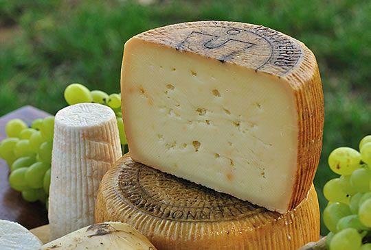 Il Canestrato di Moliterno è un formaggio ovicaprino a pasta dura, prodotto per il 70-90% con latte intero di pecora e di capra. Ha una forma è cilindrica e un diametro di circa 20 centimetri e un'altezza tra i 10 e 15 centimetri. Il peso può variare tra i 2 e i 5 chilogrammi. Il sapore del Canestrato di Moliterno è leggermente piccante, ottimo come formaggio da tavola quando è fresco, preferibilmente da grattugiare quando è stagionato.
